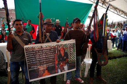 Indígenas sostienen un cartel con la fotografía de Sandra Liliana Peña Chocué gobernadora indígena asesinada en el municipio de Caldono, Cauca. EFE/Ernesto Guzmán Jr