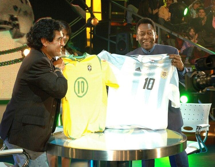 Ginóbili fue uno de los invitados al show La Noche del Diez. En esta foto, el día que concurrió Pelé (NOTICIAS ARGENTINAS)