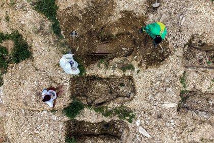 Fotografía tomada con un drone en la que se registró el entierro de un joven de 28 años víctima del COVID-19, en el cementerio Despraiado, en Cuiabá, capital de Mato Grosso (Brasil) (EFE/ Rogerio Florentino)