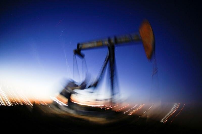 Imagen de archivo a gran exposición que muestra el movimiento de una bomba petrolera en una explotación del Condado de Loving, Texas, EEUU. 23 noviembre 2019. REUTERS/Angus Mordant
