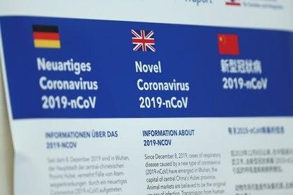 El aerpuerto de Frankfurt, en Alemania, despliega información en diferentes idiomas sobre el coronavirus. REUTERS/Ralph Orlowski