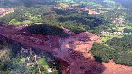 En una foto proporcionada por el Departamento de Bomberos de Minas Gerais, una vista aérea de las secuelas de una presa colapsada que pertenecía a la gigantesca empresa minera brasileña Vale S.A., cerca de la ciudad de Brumadinho, en el sudeste de Brasil, el 25 de enero de 2019. La presa estalló el viernes, inundando casas cercanas, sumergiendo coches y autobuses bajo un río de lodo y dejando a 200 personas desaparecidas, según los socorristas que los buscaban. (Minas Gerais Fire Department via The New York Times)