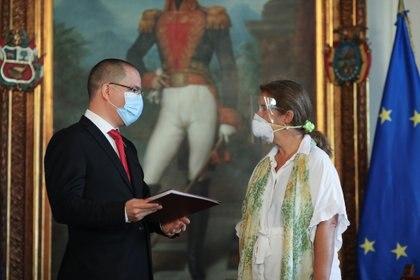 Jorge Arreaza y la embajadora Isabel Brilhante Pedrosa (Reuters)