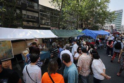 Personas visitan la feria barrial de Tristán Narvaja, el 18 de octubre del 2020, en su 150 aniversario, en Montevideo (Uruguay). EFE/Raúl Martínez/Archivo