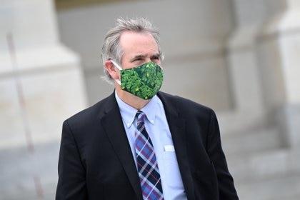 El senador Jeff Merkley deja el capitolio utilizando una máscara facial REUTERS/Erin Scott