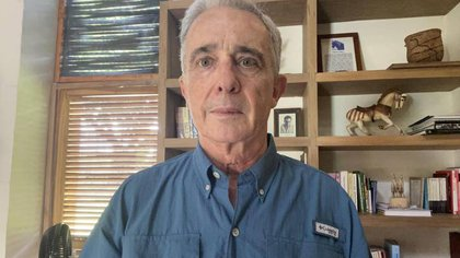 Con esta foto el expresidente y senador colombiano Álvaro Uribe confirmó el número que lo identifica como preso #1087985 el cual cayó en una de la loterías del país entregando casi un millón de dólares en premio.