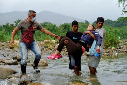 Muchos regresan por las trochas informales ya que el gobierno colombiano decidió cerrar el puente Simón Bolívar para evitar la expansión de la pandemia.