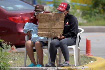 Pero él no pudo aguantar la presión de estar desempleado y tomó la dolorosa decisión de dejar a su familia para que continúe con el proceso de asilo, mientras él gana dinero para sostenerlos. (Foto: EFE)