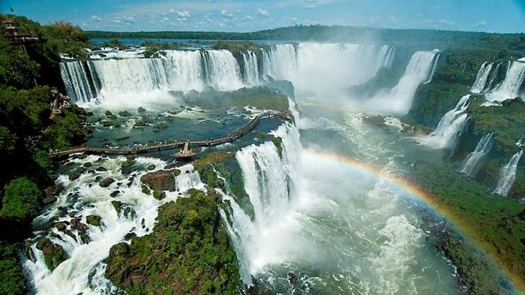 La imagen imponente de las cataratas del Iguazú cuando hay creciente