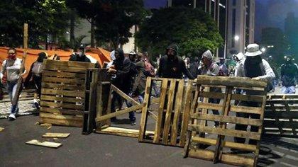 Intercambio de bombas lacrimógenas y piedras en las protestas de Colombia el martes por la noche. EFE