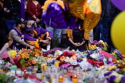 lones, zapatillas, gorras, flores y velas no dejaban de llegar a la plaza L.A. Live, ubicada al frente de la cancha donde muchos fanáticos esperan se le rinda tributo a este jugador que por 20 años defendió la bandera de los Lakers