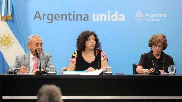 El Gobierno anunció que destinarán 1700 millones de pesos para afrontar la nueva enfermedad. Participaron de la misma Carla Vizzotti (c.), secretaria de Acceso a la Salud; Pedro Cahn (i.), de la Fundación Huesped; y Mirta Roses Periago (d.), de la Organización Mundial de la Salud