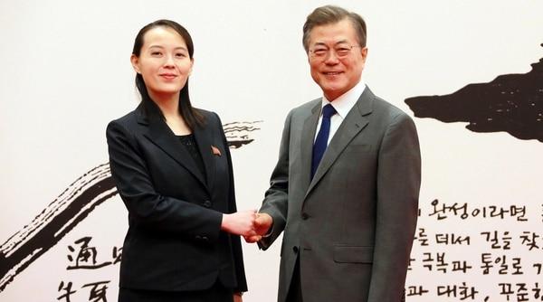 El presidente surcoreano, Moon Jae-in, saluda a Kim Yo-jong, hermana del dictador norcoreano, a quien recibió en febrero (KCNA/via REUTERS)