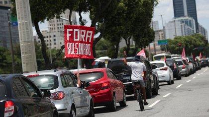 People motorcade to protest against Brazil's President Jair Bolsonaro and his handling of the coronavirus disease (COVID-19) crisis, in Rio de Janeiro, Brazil January 23, 2021. REUTERS/Ricardo Moraes