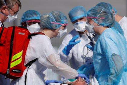Un equipo médico francés traslada a un paciente (Reuters)