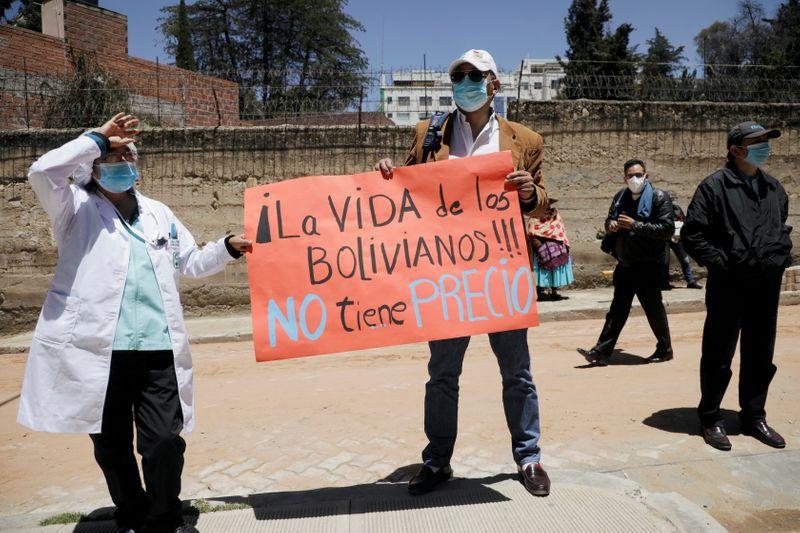 Foto de archivo: trabajadores médicos sostienen un cartel en una protesta en demanda de una cuarentena más estricta debido al aumento de contagios de COVID-19 en La Paz, Bolivia. 27 ene, 2021. REUTERS/David Mercado/
