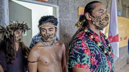 Los estudiantes de la Aldea Educativa Rapa Nui participan en una ceremonia tradicional antes de que se reanuden las clases en Hanga Roa, el 1 de julio de 2020. (Foto de MIGUEL CARRASCO / AFP)