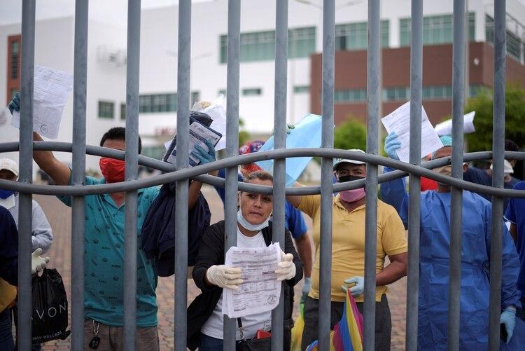 Parientes de los fallecidos reclaman la entrega de sus cuerpos frente al Hospital General de Guasmo Sur (REUTERS/Vicente Gaibor del Pino)