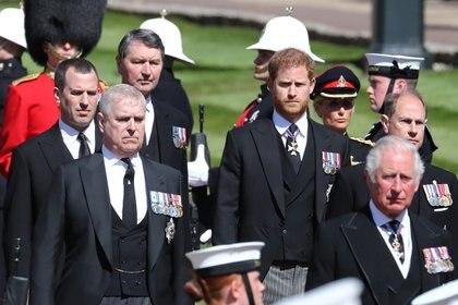 Todos los hijos de la Reina y el Duque de Cambridge llevaban la Garter Star, que representa la Orden de Garter, que es la orden de caballería más alta en el sistema de honores británico y a la entera discreción del Soberano