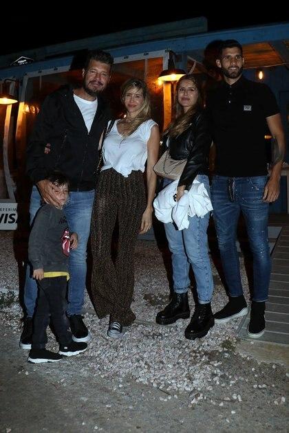 Guillermina Valdes y Micaela Tinelli con estilo informal de zapatillas, borcegos, campera de jean, pantalón de lurex y jeans para una cena en familia en José Ignacio
