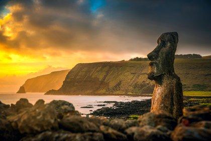 La Isla de Pascua, un territorio especial de Chile que se anexó en 1888, es famosa por las cientos de estatuas moai esparcidas por su costa (Shutterstock)