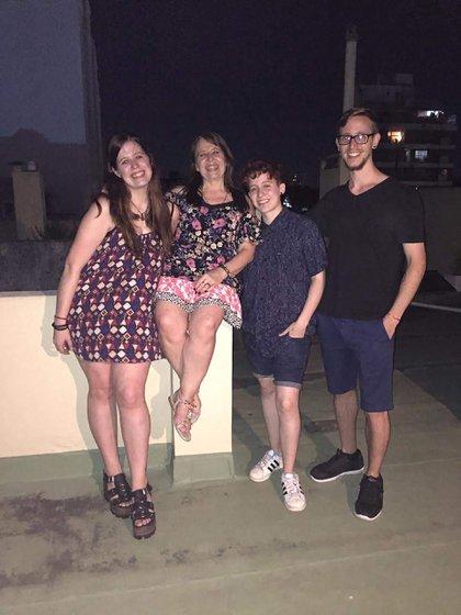 En la foto, está con su mamá y sus hermanos