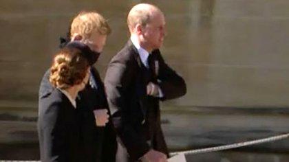 El príncipe William, Harry y Kate Middleton saliendo juntos de St. George's Chapel luego del funeral del Duque de Edimburgo
