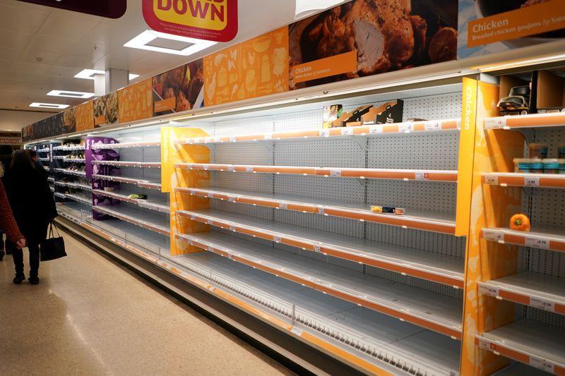 FOTO DE ARCHIVO: Estantes vacíos en un supermercado de Londres, Reino Unido, el 15 de marzo de 2020. REUTERS/Henry Nicholls
