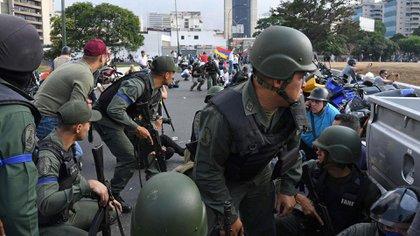 Militares sobre el distribuidor Altamira portando sus brazaletes azules