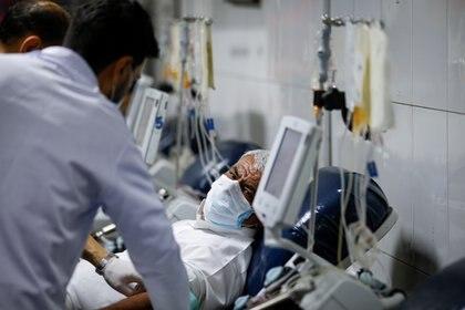 Un hombre se recupera luego de ser tratado con plasma -  REUTERS/Thaier Al-Sudani