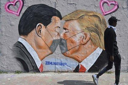 Un mural con los presidentes de China y Estados Unidos, XI Jinping y Donald Trump, obra del artista Eme Freethinker en Berlí, Alemania.
