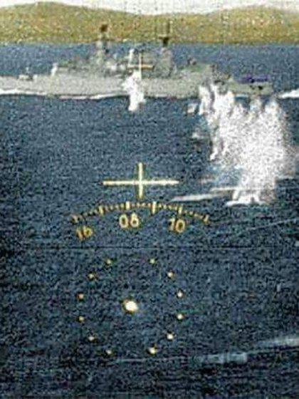 El jefe de la escuadrilla argentina consiguió lanzar una bomba, que terminaría explotando en la popa de la fragata Ardent, dañando el hangar del helicóptero Sea Lynx y el lanzador de misiles SeaCat. Foto: Gentileza Mir Gonzalez.