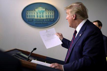 Trump sostiene un informe médico firmado por Sean Conley (Reuters)