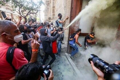 Las protestas por el asesinato de Giovanni López terminaron en actos de violencia hacia el Palacio de Gobierno y policías, así como en detenciones arbitrarias. (Foto: Fernando Carranza/Reuters)
