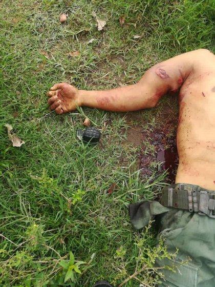 El cuerpo de un hombre con una granada a su lado (@bgalindo74)