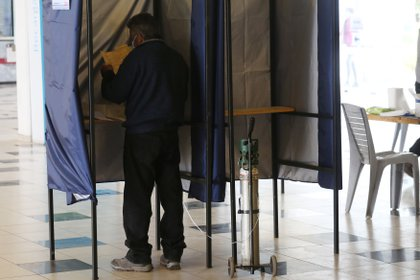 Seorang pria pergi ke tempat pemungutan suara yang terletak di Stadion Monumental kemarin di Santiago (Chili).  EFE / Elvis Gonzalez