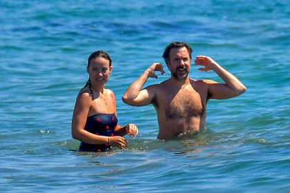 Olivia Wilde y su marido Jason Sudeikis, en las playas de Mallibú, California. La actriz y su esposo eligieron el destino al que suelen ir distintos artistas de Hollywood durante el verano estadounidense. Allí estuvieron acompañados por otras parejas de amigos y, ante las altas temperaturas, se refrescaron en el mar