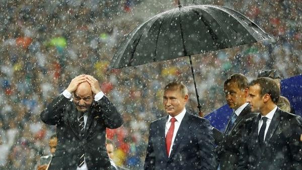 Infantino padece la falta de paraguas (Reuters)