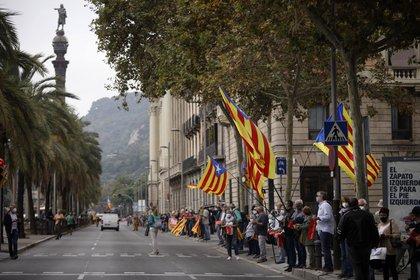 Manifestantes independentistas forman una cadena humana en protesta por la visita del Rey de España a Barcelona el 9 de octubre de 2020. EUROPA PRESS