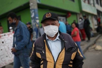 Un manifestante usando barbijo en una protesta en Colombia para pedir comida para los pobres en medio de la pandemia (REUTERS/Luisa Gonzalez)