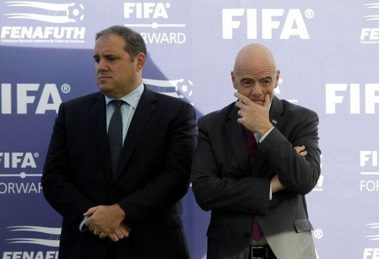 El presidente de la Concacaf, Víctor Montagliani, junto a Gianni Infantino, máximo responsable del fútbol mundial (REUTERS)