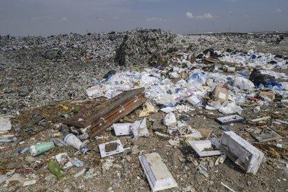 """Vista de desechos médicos en el basurero """"Bordo de Xochiaca"""" en Ciudad Nezahualcóyotl, Estado de México el 21 de julio de 2020, en medio de la nueva pandemia de coronavirus. (Foto por PEDRO PARDO / AFP)"""