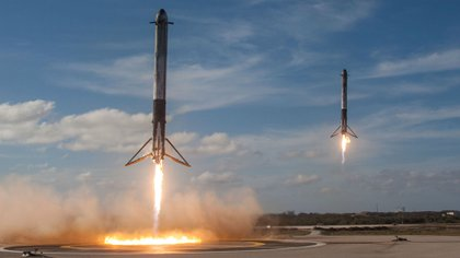 Los dos cohetes laterales aterrizan en sus plataformas en forma exitosa para luego ser reutilizados