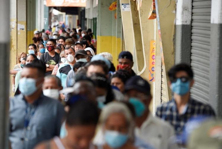 Foto de archivo. Gente hace cola para cobrar su pensión mensual antes de un toque de queda impuesto por el gobierno para prevenir la propagación de la enfermedad por coronavirus (COVID-19), en Guayaquil, Ecuador. 20 de marzo de 2020. REUTERS/Santiago Arcos