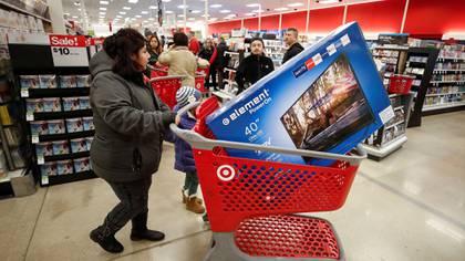 Un cliente navega por los pasillos durante el evento de ventas del Viernes Negro el Día de Acción de Gracias en Target en Chicago, Illinois, Estados Unidos el 23 de noviembre de 2017. (Reuters)