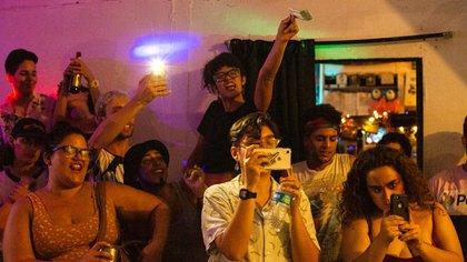 Espectadores de una presentación drag en El Local, en Santurce, el 4 de julio (Érika P. Rodríguez para The New York Times)