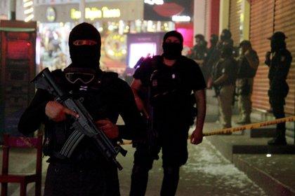 Un par de policías del Estado de México custodiando la escena de un crimen.