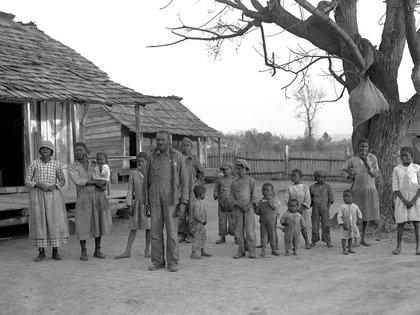 Aunque ya era libre, esta familia de Alabama, fotografiada en 1937, muestra la típica pobreza de los libertos o descendientes de esclavos en EEUU. (Library of Congress)