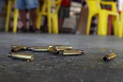 La Policía indicó que un sospechoso presuntamente disparó contra dos personas en el local de armas y luego se involucró en un tiroteo con otros individuos. EFE/ Antonio Lacerda/Archivo
