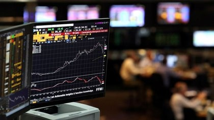 Foto de archivo - Una pantalla muestra un gráfico en el recinto de la Bolsa de Comercio de Buenos Aires (BCBA), Argentina.  May 9, 2018. REUTERS/Marcos Brindicci
